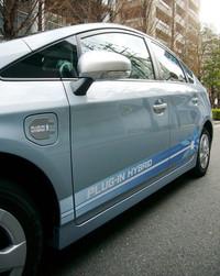 左フロントフェンダーに設けられた「充電インレット」や、プラグと花をモチーフにした「サイドストライプ」は、特殊モデルならではのディテール。