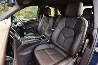 フロントシートには8wayの電動調整機構を標準装備。オプションで、より細かな調整機構やメモリー機能を備えたシートも用意されている。