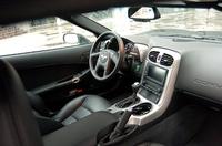 全体的に質感をあげたインテリア。アナログメーターに加え、フロントスクリーンを利用したヘッドアップディスプレイ(HUD)にも、多彩な車両情報が表示される。HUDは「ストリート」と「ノーマル」2つのモードを備え、前者はオーディオチャンネルなど、後者の場合はコーナリングフォースやエンジンコンディションが、車速やギアポジションとともに表示される。