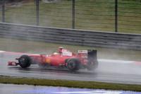 フェラーリは開幕3戦でノーポイントという、1981年以来の絶不調に陥った。フェリッペ・マッサ(写真)はメカニカルトラブルでマシンがストップしリタイア。キミ・ライコネンもエンジンのパワーロスに見舞われながら10位完走。近々に復調が見込まれないなら、今年は諦め来年に希望を託す、という声も……。(写真=Ferrari)
