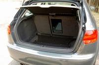 荷室容量は、VDA方式で370リッター。後席をフォールディングすれば1120リッターに拡大できる。ちなみに、上記はFFモデルの数値で、「3.2クワトロ」は302〜1052リッター。