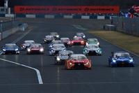 GT500クラスのスタートシーン。今季は、レギュレーション変更に伴い、ニューマシン同士での戦いとなる。