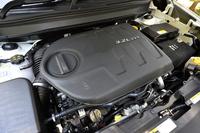 「リミテッド」と「トレイルホーク」に搭載される、3.2リッターV6エンジン。高出力と高効率との両立がうたわれる。