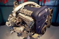 ツインインタークーラーを備える5シリンダーユニット。300ps/5500rpmの最高出力と40.8kgm/1950-5250rpmの最大トルクを発生する(オートマチック車は35.7kgm/1850-6000rpm)。吸排気とも、可変バルブタイミング機構(CVVT)を備える。