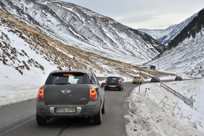 「MINIクロスオーバー」(本国名:MINIカントリーマン)の4WDモデル「ALL4」を雪道で走らせる。雪に覆われた山々を背景にすると、このクルマのスタイリングが街だけなく、こうした自然にも似合うことがわかる。