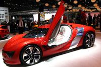 「ルノー・デジール」(2010年)。ミドシップレイアウトの2シーターEVクーペ。ルノーは今回、過去の3台のコンセプトカーも併せて展示した。