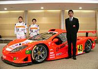 間もなくシェイクダウンを迎えるという新しいGT300マシン「ガライヤ」を囲む、鈴木亜久里総監督(右手前)とドライバーの新田守男(左)、高木真一(右)。アペックスの協力により生まれたこのレーシングカーは、全長×全幅×全高=4544×1924×1147mmのボディに、300ps以上を発生するという日産製の2リッターエンジン、6段シーケンシャルギアボックスを搭載する