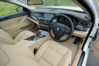 センターコンソールが7度運転席側を向く、ドライバーオリエンテッドなインテリア。写真の革内装はオプションで、「ダイアゴナルクロスシート」が標準となる。