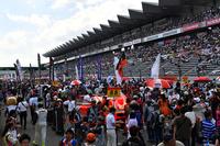 晴天に恵まれた富士スピードウェイ。8月の暑さにも負けず、多くのファンが詰めかけた。