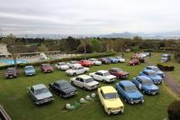去る2014年4月20日に静岡県沼津市のニューウェルサンピア沼津で開かれた「日野コンテッサ1300」と「ルノー8ゴルディーニ1100」の生誕50周年記念合同ミーティング。16台のコンテッサ1300と5台のR8ゴルディーニ、ほかアルピーヌなどを合わせて約30台が集まった。