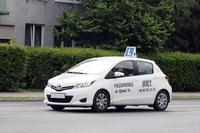フランス製「トヨタ・ヤリス(日本名:ヴィッツ)」の教習車。ピョートルクフ・トルィブナルスキにて。