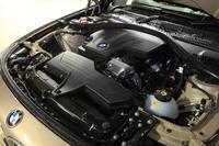 2リッター直4ターボエンジンは、「320iグランツーリスモ」では184psと27.5kgmに設定されている。JC08モード燃費は15.0km/リッター。