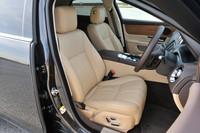「XJ 2.0ラグジュアリー」は運転席、助手席に12ウェイ電動シートを採用する。