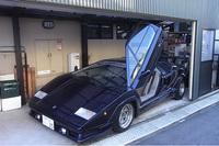 1500万円で購入した「カウンタック 25thアニバーサリー」。豪華自宅ガレージのシャッターとの隙間は約2cmである。