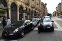 トリノ名物(?)の二重駐車。くしくも「アルファ・ロメオ・ジュリエッタ」が先頭に並ぶ。奥のカーシェアリング用「スマート」が脱出できるか心配になる。