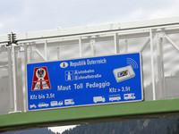 イタリアからオーストリアに向かう途中、「この先ヴィニェット必要」を促す標識。