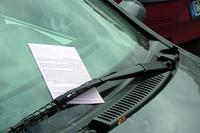 ワイパーにはさまれた駐車違反の反則通知。