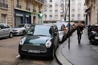 パリで。15区にたたずむ「ダイハツ・ミラジーノ」。