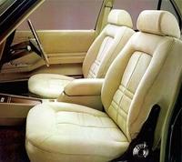 シート表皮はモケット風。これはセパレートフロントシート(定員5人)だが、ベンチシートでは6人乗りとなる。