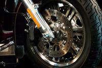 ブレーキは油圧の前後関連式で、フットペダルにより前後輪に同時に制動をかけられる。