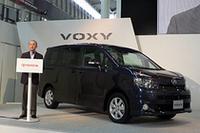 「厳しい目を持つ日本のユーザーも、確実に満足できるクルマ」と自信のコメントをする、トヨタ自動車の渡辺捷昭社長。後ろは新型「ヴォクシー」。