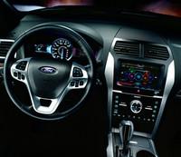 ステアリングスイッチは、左側で平均燃費などの走行情報、右側でオーディオ、空調などの操作を行う。それぞれの情報は、メータークラスター左右のディスプレイに表示される。