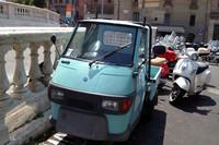 シエナのバイク用駐車場にたたずむ「アペ50」。参考までに、現在イタリアでの価格は4873ユーロ(58万円)から。