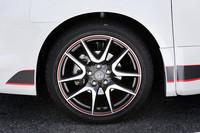 こちらはオプションの、215/45R18タイヤ(ブリヂストンPOTENZA RE050)と赤ラインの入ったG's専用アルミホイール(セットで2万8350円)。