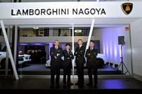 オープン記念セレモニーでのひとこま。写真左から2番目はランボルギーニ名古屋を運営するクインオート取締役副社長の宮定雄大氏で、左から3番目がアウトモビリ・ランボルギーニのコマーシャル・ディレクター フィンタン・ナイト氏。