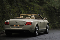 「コンチネンタルGT V8 S コンバーチブル」の動力性能は最高速度308km/h、0-100km/h加速4.7秒。