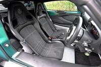テスト車には有償オプションの「アルカンタラパック」が採用されていた。同パックでは、バックスキン調素材の使われたスポーツシートの色を、黒ないし赤から選択できる。