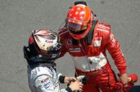 「いやあ、ルノーには勝てないよなあ」と言ったか言わなかったか……ミハエル・シューマッハー(右)は今年6回目の表彰台で2位フィニッシュ。キミ・ライコネン(左)は4回目のポディウムで3位ゴール。ちなみにアロンソは9戦すべてで2位以上という好成績を残している。(写真=Ferrari)