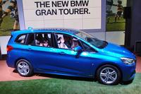 """「2シリーズ グランツアラー」は、BMW初となる本格的な多人数乗用車。発表会では7人のファミリーによる""""乗り込み実演""""が行われた。"""