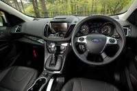 「フォード・クーガ」のインテリア。ステアリングホイールとシフトセレクターは全車本革巻きとなる。