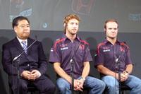 会見にのぞむ(写真左から)ホンダレーシングF1チームの中本修平氏、ジェンソン・バトン、そしてルーベンス・バリケロ。