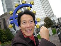 フランクフルトの欧州中央銀行本店前にて。
