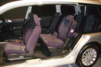 カットモデルで見るインテリア。後ろの座席ほどヒップポイントが高くなる。1列目と3列目の高低差は、じつに140mm!