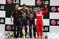 韓国GPの表彰台。セバスチャン・ベッテル(左から3番目)はシンガポール、日本に続く3連勝を飾った。2位にはマーク・ウェバー(同2番目)が入り、レッドブルは今季初の1−2フィニッシュを達成。ポディウムに上がったレッドブルのチーフ・テクニカル・オフィサー、エイドリアン・ニューウェイ(一番左)の顔もほころぶ。3位はフェラーリのフェルナンド・アロンソ(一番右)。(Photo=Red Bull Racing)