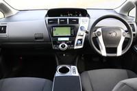 ハイブリッドカーの代名詞「プリウス」と異なる、左右対称なデザインが採用された「プリウスα」の運転席まわり。