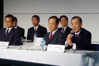 記者会見には、福井威夫社長(写真右)以下ホンダの役員が列席した。