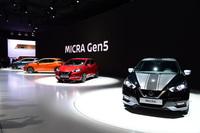 ステージには色とりどりの新型「日産マイクラ」が並んだ(写真=日産自動車)。