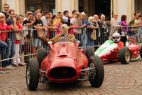 6月14日に開催された走行会「グラン・プレミオ」で。サンカルロ広場に真っ先にやって来たのは1954年「ランチア・マリーノ」。ギャラリーの歓喜にコクピットから応えるのは、車両設計者マリーノ・ブランドーリの子息ジジ。