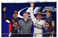 シンガポールGPを制したメルセデスのルイス・ハミルトン(右から2番目)、2位はレッドブルのセバスチャン・ベッテル(一番左)、3位は同じくレッドブルのダニエル・リカルド(一番右)。(Photo=Red Bull Racing)