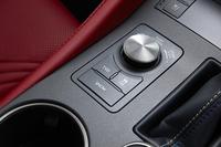「RC F」の走行モード選択ダイヤル。手前のボタンに見られる「TVD」は、コーナリング中、左右輪に最適なトルク配分を行う駆動力制御システム(オプション)。なお、テスト車には装着されていなかった。