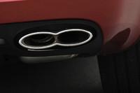 V8のテールパイプは8の字型となる。W12は楕円(だえん)形。