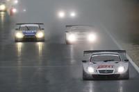 雨の中、開幕戦がスタート! ポールポジョンのNo.38 ZENT CERUMO SC430(立川祐路/リチャード・ライアン組)を先頭に各車1コーナーへ。