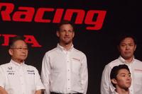 2018年のSUPER GTには、元F1王者のジェンソン・バトン(写真中央)がフル参戦。その戦いぶりが注目される。