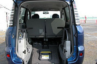 「タイプI」と呼ばれる乗員5人+車いす(1人)仕様。2列目を畳んで前席シートバックにつけ、より広いスペースとしてある。