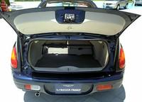 トランク開口部が低い位置にあり、開けると手前に張り出してくるので、荷物の出し入れはしにくいかも。