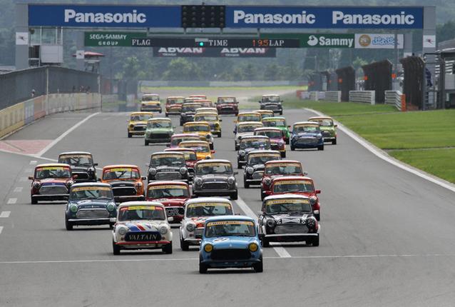 38台が出走したミニジャック998チャレンジ決勝のスタート。排気量998ccの「ミニ1000」をベースとする、改造範囲の狭いワンメイクレースである。この日のレースは、すべて周回数4ラップの超スプリントレースだった。
